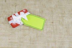 与卡片的小假日圣诞节礼物 免版税图库摄影