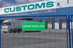 与卡车的关税控制空间在物品附近仓库存贮  免版税图库摄影