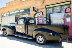 与卡车的小城steet在一个老给加油的驻地 免版税库存照片
