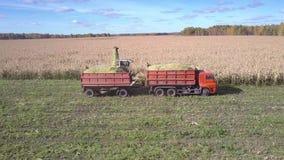 与卡车聚集玉米大量的上部视图现代收割机 股票录像