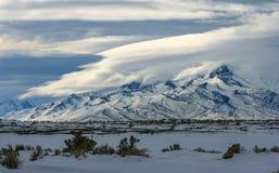 与印出边的云彩的斯诺伊山 免版税库存照片