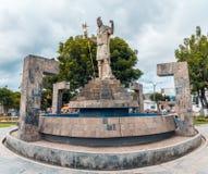 与印加人的雕塑的水池在广场de Banoss del Inca armas在卡哈马卡省秘鲁 库存照片