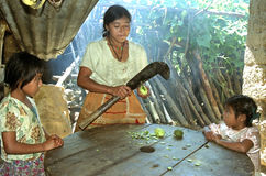 与印地安家庭的亲切场面在家 图库摄影