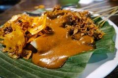 与印度尼西亚政府大厦大草场地区的辣香料食物特征的Satay政府大厦大草场 免版税库存照片