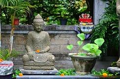 与印度神雕象的典型的巴厘语圣所在庭院里 库存图片
