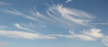 与卷云和月亮的蓝天 免版税库存图片