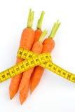 与卷尺的新鲜的红萝卜 免版税库存图片