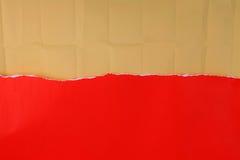 与卷曲的包装纸的被剥去的红色纸 免版税图库摄影