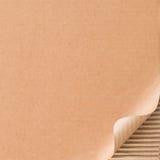 与卷曲的角落的皱纸板 库存照片
