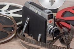 与卷轴影片的老电影摄影机16mm 免版税库存照片