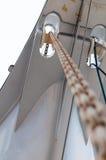 与卷轴的长链从小船的前面甲板 库存照片