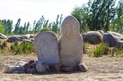 与历史刻在岩石上的文字的古老雕刻在吉尔吉斯斯坦 免版税图库摄影