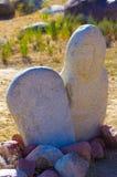 与历史刻在岩石上的文字的古老雕刻在吉尔吉斯斯坦 库存图片