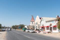 与历史建筑、企业和车的街道场面 免版税库存照片