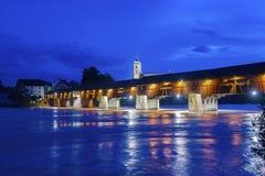 与历史的桥梁和Fridolins大教堂的莱茵河 库存照片