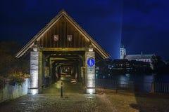 与历史的桥梁和Fridolins大教堂的莱茵河 库存图片