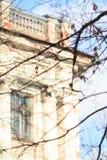 与历史的窗口和篱芭的经典白色门面在屋顶上 库存图片