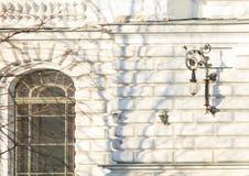 与历史的窗口和老灯笼的砖白色门面 库存图片