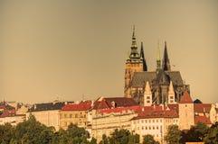 与历史的都市风景& x28的布拉格都市风景; Hradcany area& x29;并且在早晨日出期间的布拉格城堡 免版税库存图片
