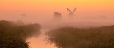 与历史的风车的荷兰风景 免版税库存照片