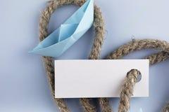 与厚实的结辨的绳索和船纸origami的贴纸 图库摄影