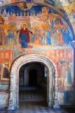 与原始的17世纪壁画的教会内部 免版税库存图片