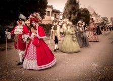 与原物典型的威尼斯式面具的狂欢节队伍 库存图片