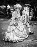 与原物典型的威尼斯式面具的狂欢节队伍 免版税库存照片