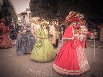 与原物典型的威尼斯式面具的狂欢节队伍 免版税库存图片