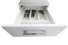 与厨具的被打开的白色现代抽屉,隔绝在白色背景 免版税库存照片