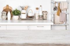 与厨房内部的被弄脏的图象的空的木纹理桌 免版税图库摄影