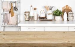 与厨房内部的被弄脏的图象的空的棕色木桌 免版税库存图片
