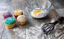 与厨房器物的新鲜的被烘烤的杯形蛋糕 免版税库存图片