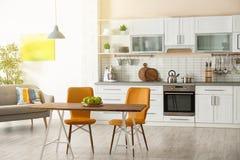 与厨房家具的时髦的公寓内部 免版税库存照片