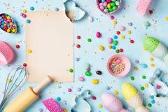 与厨房工具的复活节烘烤的背景为假日甜面包店顶视图 平的位置 免版税库存照片
