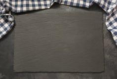 与厨房蓝色方格的毛巾的黑板岩背景 烹调与拷贝空间的食物、薄饼桌、野餐或者食物背景  免版税图库摄影