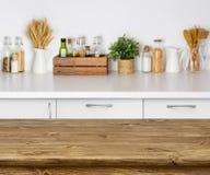 与厨房长凳内部的bokeh图象的布朗木桌 库存图片