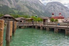 与参观圣巴塞洛缪` s教会Konigssee,德国的人的栈桥 免版税库存图片
