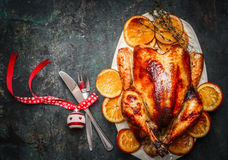 与叉子、刀子和欢乐装饰的圣诞节火鸡在黑暗的土气背景 库存照片