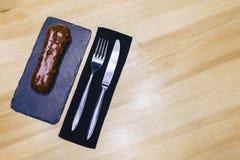 与叉子和刀子的可口巧克力饼 图库摄影