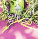 与叉子和巢菜属植物的桃红色桌夏天装饰开花 库存图片