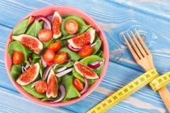 与叉子的水果和蔬菜沙拉和卷尺,健康生活方式,饮食,减肥和营养概念 免版税库存图片