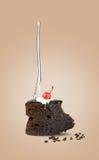 与叉子的被隔绝的巧克力樱桃蛋糕从在米黄背景的后面 库存照片