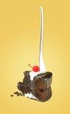 与叉子的被隔绝的巧克力樱桃蛋糕从在黄色背景的后面 库存照片