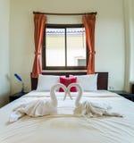 与双人床的热带卧室内部 免版税库存照片