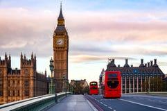 与双层公共汽车的伦敦都市风景沿Westmin移动 免版税库存照片