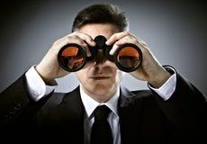 与双筒望远镜的商人。 免版税库存图片