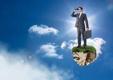 与双筒望远镜的商人在天空的浮动岩石平台 库存图片