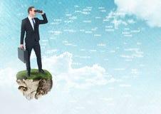 与双筒望远镜的商人在有连接在天空的词的浮动岩石平台 库存照片