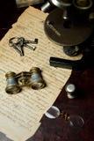 与双筒望远镜的老纸手写的背景 免版税库存照片